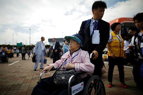 Một cụ bà Hàn Quốc tới tham dự buổi đoàn tụ với thành viên gia đình ở Triều Tiên hôm nay. Ảnh: Reuters.