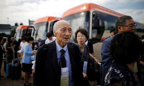 Người Hàn Quốc hôm nay có mặt gần Khu Phi quân sự (DMZ) phân cách hai miền để chuẩn bị đoàn tụ gia đình. Ảnh: Reuters.