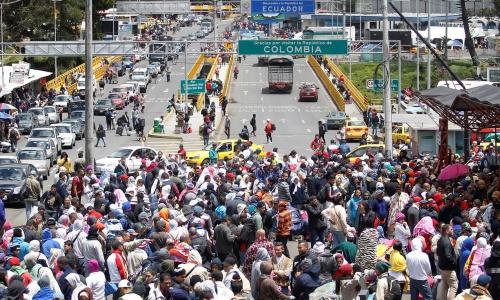 Hàng nghìn người Venezuela chờ xếp hàng để vào Ecuador. Ảnh: Reuters.