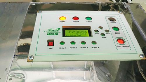 Hệ thống điều khiển nằm phía trên cùng có chứa các cảm biến ghi nhận sự thay đổi ẩm độ, nhiệt độ trong buồng ủ để điều chỉnh và tưới nước tự động cho giá.