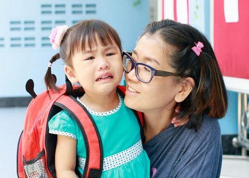 Cảm xúc của trẻ trong ngày đầu đi học phụ thuộc nhiều vào cách dẫn dắtcủa phụ huynh. Ảnh: Mumzstreet