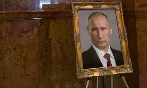 Chân dung Tổng thống Nga Putin được đặt tại Điện Capitol bang Colorado hồi cuối tháng 7. Ảnh: Twitter.