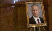 Cố vấn Mỹ bị phạt vì giúp đặt chân dung Putin tại tòa nhà nghị viện bang