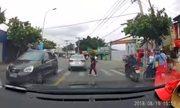 Cô gái Việt sang đường như người Nhật