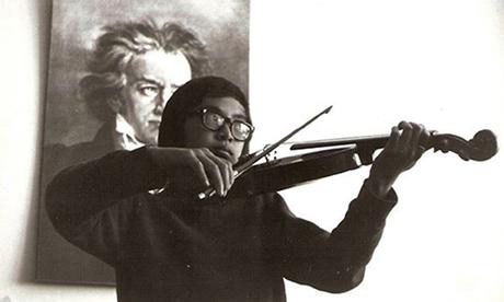 Hưng Lê tập đàn violin tại căn hộ của gia đình ở vùng ngoại ô ven biển St Kilda, Melbourne, Australia. Ảnh: NVCC.