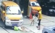 Người phụ nữ đẩy đứa trẻ vào ôtô để ăn vạ