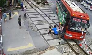 Hành khách tháo chạy khi ôtô húc tung gác chắn tàu, kẹt trên đường ray