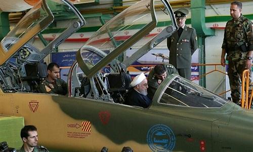 Tổng thống Hassan Rouhani ngồi trong buồng lái một tiêm kích Kowsa mới. Ảnh: Tasnim.