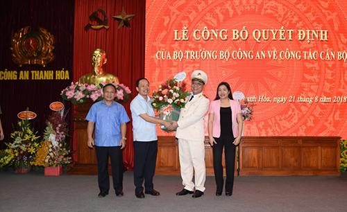 Thiếu tướng Nguyễn Hải Trung nhận hoa chúc mừng của lãnh đạo tỉnh Thanh Hoá tại lễ nhậm chức. Ảnh: Đ. H.