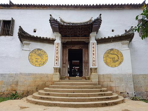 Cổng dinh vua Mèo tại Sà Phìn. Ảnh: Ngọc Thành.