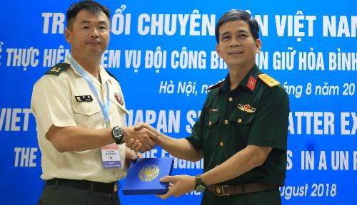 Lãnh đạo Cục gìn giữ hòa bình Việt Nam và đại diện Phòng tùy viên Quốc phòng Nhật Bản tại buổi lễ. Ảnh: Gia Chính