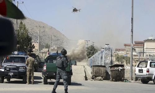 Khói bốc lên từ một ngôi nhà nơi các tay súng Taliban trú ẩn ở thủ đô Kabul, Afghanistan, ngày 21/8. Ảnh: AP.