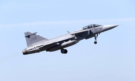 Một tiêm kích Saab JAS 39 Gripen của không quân Thụy Điển cất cánh tại căn cứ quân sự ở Amari, Estonia hôm 25/5. Ảnh: Reuters.
