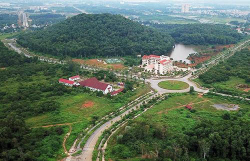 Đại học Quốc gia Hà Nội có chủ trương di dời khỏi nội đô Hà Nội, nhưng sau 15 năm khởi công, dự án ở Hòa Lạc của trường mới xong vài công trình. Ảnh: Giang Huy.
