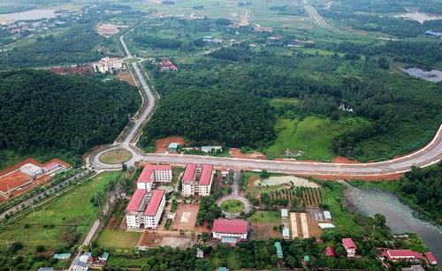 KhuĐại học Quốc gia Hà Nội tại Hòa Lạc rộnghơn 1.000 hahiện còn nhiều diện tích đất trống, cỏ cây phủ đầy. Ảnh: Giang Huy.