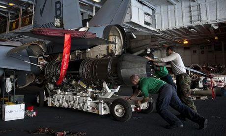 Động cơ F414 được lắp cho tiêm kích F/A-18F trên tàu sân bay Mỹ hồi năm 2016. Ảnh: US Navy.