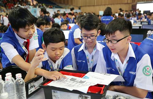 Các thí sinh bàn luận sôi nổi trong cuộc thi.