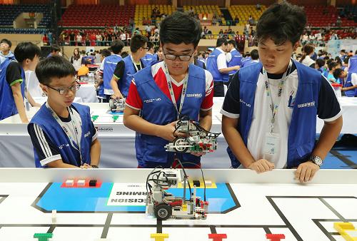 Lắp ráp và thi đấu robot là những phần thi trong vòng chung kết.