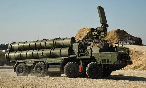 Xe phóng đạn và radar tổ hợp S-400 được Nga đưa tới Syria năm 2015. Ảnh: Sputnik.