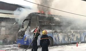 Ôtô khách cháy ngùn ngụt ở Sài Gòn