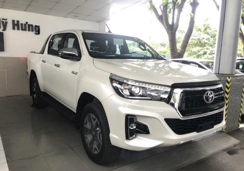 Bán tải Toyota Hilux bản nâng cấp đời 2018 tại một đại lý của hãng ở TP HCM.