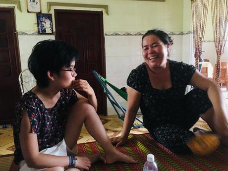 Tường Vy Munier-Michel (trái) ngồi nói chuyện với mẹ Khổng Thị Thu Trang tại nhà ở ấp Phú Long, xã phú Ngãi, huyện Ba Tri, tỉnh bến Tre hôm 4/8. Ảnh: Hạnh Phạm.