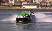 Ôtô chạy trên mặt nước với tốc độ hơn 70 km/h