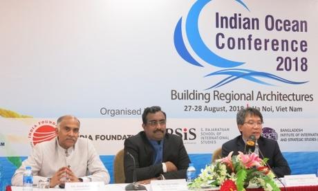 Ông Shri Ram Madhav, đại diện ban tổ chức, giữa, trong họp báo sáng nay. Ảnh: VA.