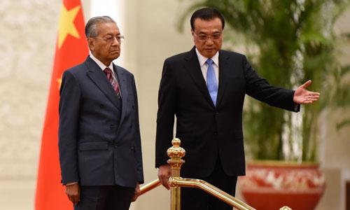 Thủ tướng Malaysia Mahathir Mohamad (trái) và Thủ tướng Trung Quốc Lý Khắc Cường tại lễ đón ở Bắc Kinh hôm 20/8. Ảnh: AFP.