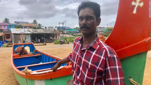 Ngư dân Marion George bên chiếc thuyền anh đã dùng để sơ tán người dân ở những nơi bị lụt. Ảnh: CNN.