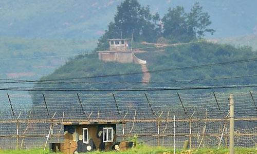 Trạm gác Hàn Quốc (dưới) và trạm gác Triều Tiên nhìn từ thành phố biên giới Paju, Hàn Quốc tháng 8/2015. Ảnh: AFP.