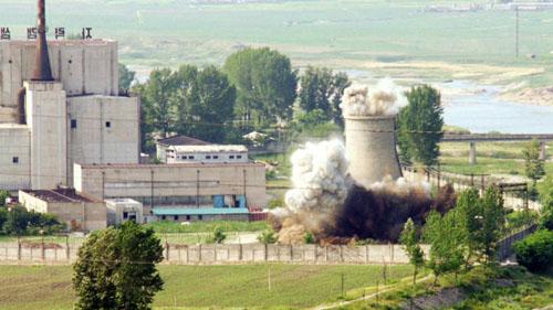 Triều Tiên phá hủy tháp làm mát tại cơ sở hạt nhân Yongbyon năm 2008. Ảnh: Reuters.