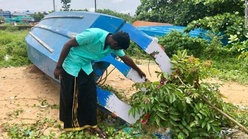 Chiếc thuyền của Arun Michael bị hư hỏng nặng sau ba ngày chở người dân huyện Pathanamthitta sơ tán. Ảnh: CNN.