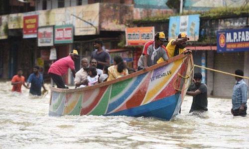 Ngư dân Ấn Độ chở người dân khỏi vùng ngập lụt ở bang Kerala hôm 18/8. Ảnh: Hindustan Times.