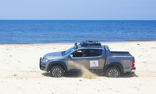Một mẫu Chevrolet Colorado đang offroad trên bãi biển ở Bình Thuận. Ảnh: Bá Công.
