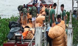 Ghe chở hàng chục tấn quần áo cũ, đường cát lậu vào Việt Nam