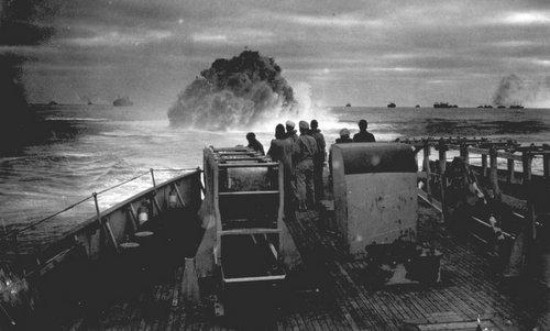 Tàu tuần duyên Mỹ phóng bom chìm tấn công tàu ngầm Đức năm 1943. Ảnh: AP.