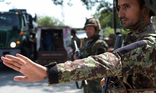 Quân đội Afghanistan rà soát các phương tiện tại một trạm kiểm tra. Ảnh: AFP.