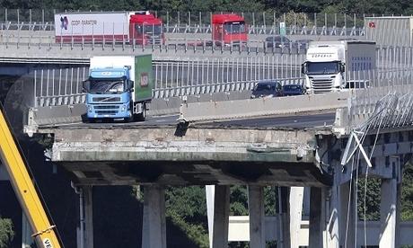 Cầu cao tốc Morandi ở Genoa, phía bắc Italy bị sập hôm 14/8. Ảnh: AP.