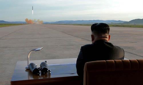 Lãnh đạo Triều Tiên Kim Jong-un quan sát vụ phóng tên lửa Hwasong-12 vào năm 2017. Ảnh: KCNA.