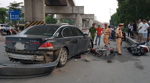 Hiện trường vụ tai nạn khiến nhiều xe máy, xe đạp bị kéo lê.Ảnh: Sơn Nguyễn