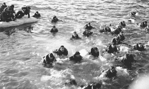 Thủy thủ tàu ngầm Đức bơi về tàu chiến Anh sau khi bị đánh chìm năm 1943. Ảnh: AP.