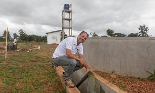 Mark Giannelli, người sáng lập quỹ ReBin, giới thiệu trung tâm xử lý rác thải do ông thành lập tại làng Houegbo, Benin. Ảnh: AFP.