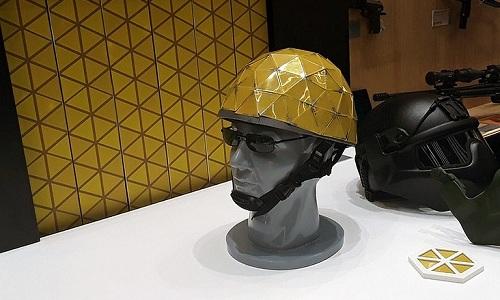 Mẫu mũ chống đạn có khả năng thay đổi màu sắc được trưng bày tại diễn đàn Army-2018. Ảnh: TASS.