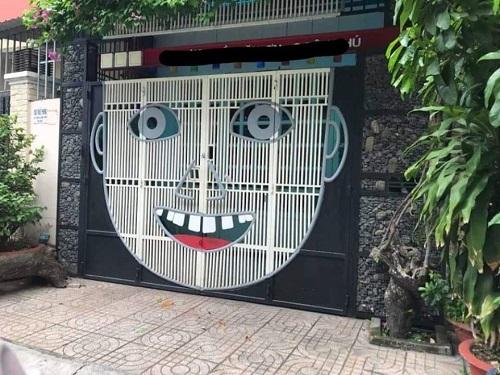 Khung cửa nhỏ ngôi nhà cuối phố, chẳng hiểu vì sao không ai gõ bao giờ.