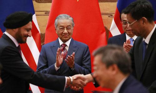 Thủ tướng Mahathir (thứ hai từ trái sang) và Thủ tướng Lý Khắc Cường (thứ hai từ phải sang) chứng kiến lễ ký văn kiện giữa phái đoàn hai nước hôm 20/8. Ảnh: AFP.