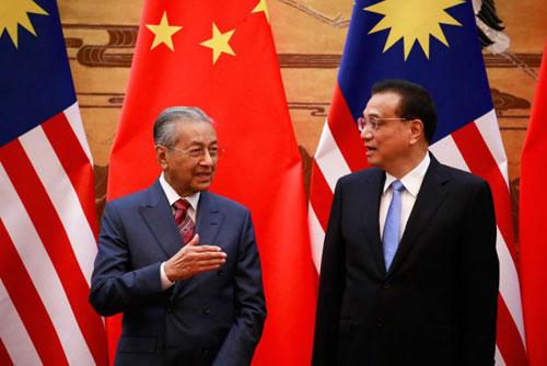 Thủ tướng Malaysia Mahathir Mohamad (trái) và người đồng cấp Trung Quốc Lý Khắc Cường trong cuộc họp báo chung hôm 20/8. Ảnh: AFP.