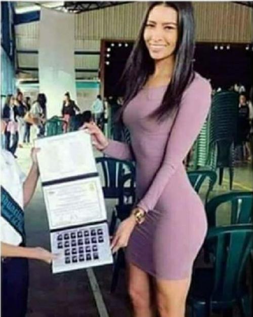 Khi ông bố chụp ảnh tốt nghiệp cho con trai và cô giáo chủ nhiệm.