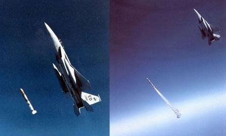 Tên lửa ASM-135 tách khỏi máy bay và kích hoạt động cơ. Ảnh: USAF.