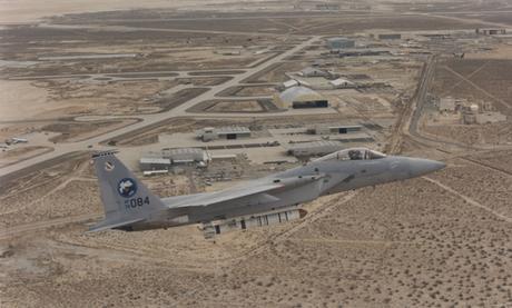 Tiêm kích F-15A mang quả đạn ASM-135 trong chuyến thử nghiệm năm 1982. Ảnh: USAF.